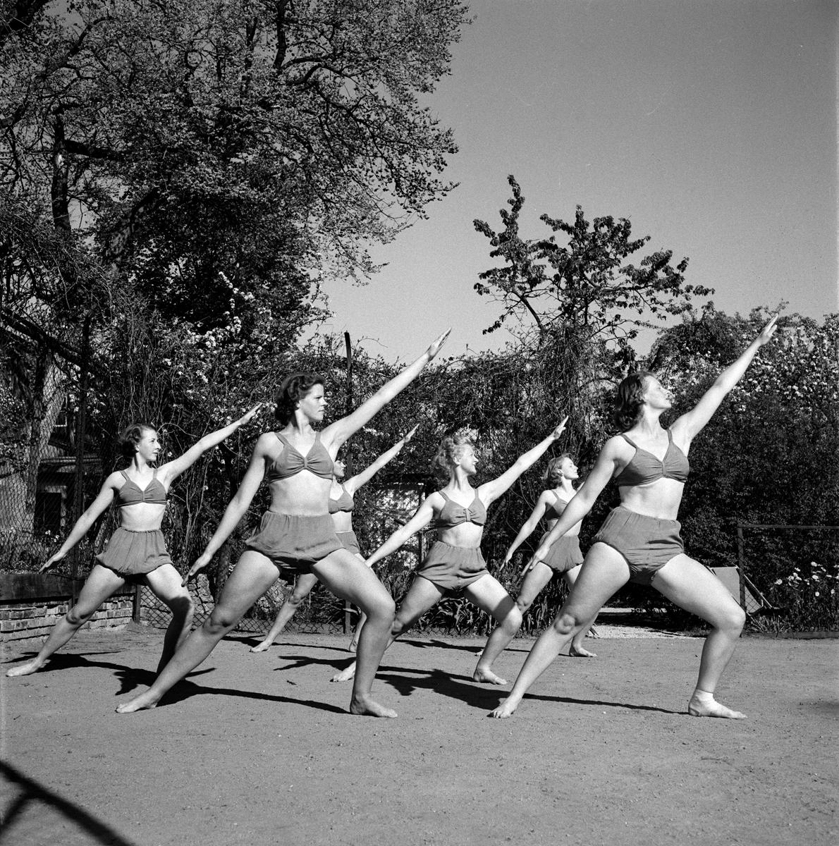 Women in bikinis, 1950s